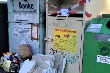 Müll liegt neben den Containern am Waldsachsener Weg.