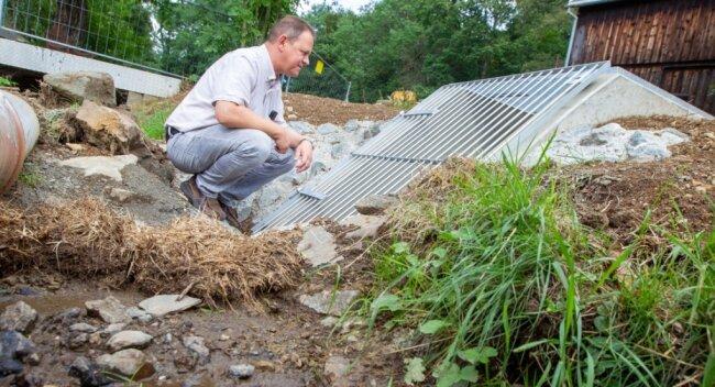 Tiefbauamtsleiter Steffen Ullmann kontrolliert das neu geschaffene Bauwerk für den Zulauf zum künftigen Kneippbecken und zum Schlossteich in Jößnitz.