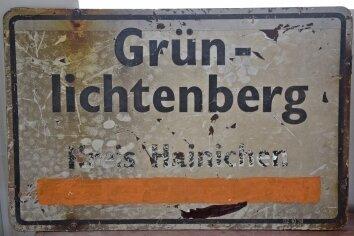Auch dieses frühere Ortseingangsschild von Grünlichtenberg ist ausgestellt.