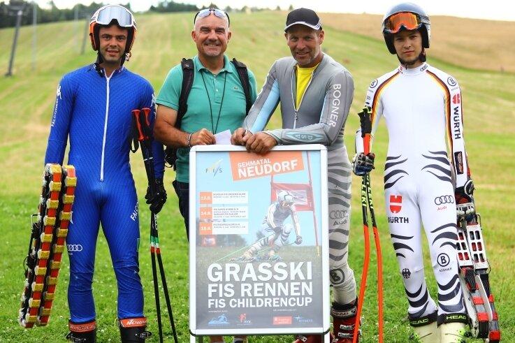 Rennläufer Daniele Buio, der FIS-Abgeordnete Roberto Parisi, Organisationsleiter Torsten Richter sowie Fahrer Lukas Richter (v. l.) haben die Strecke in Neudorf erprobt und für tauglich befunden.