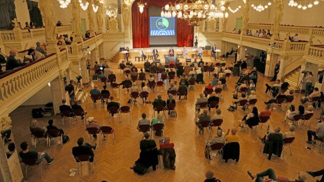 """Gut 220 Zuschauer verfolgten die Veranstaltung im Konzert- und Ballhaus """"Neue Welt""""."""