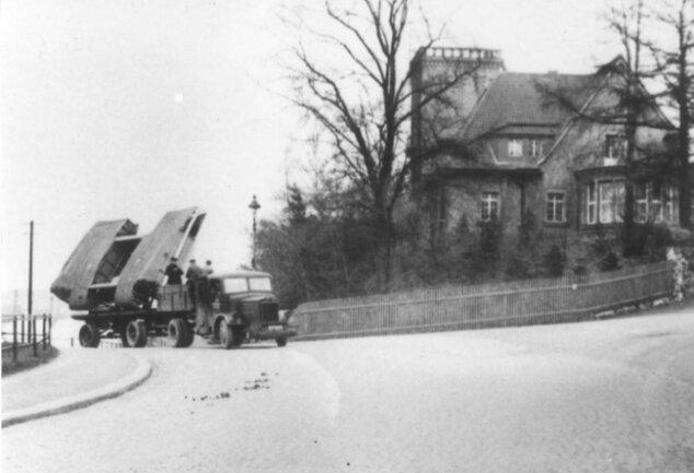 Transport der Firma Koch & te Kock zum Bahnhof Oelsnitz. Das Unternehmen fertigte Militärgüter und nahm am21. Dezember 1943 zusätzlich die Instandsetzung beschädigter Tragflächenmittelstücke des Bombers He 111 auf.