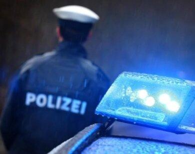 Mit einer Öffentlichkeitsfahndung sucht die Polizei in Stollberg nach einem jungen Mann, der im vergangenen Jahr Betäubungsmittel an eine Minderjährige abgegeben haben soll.