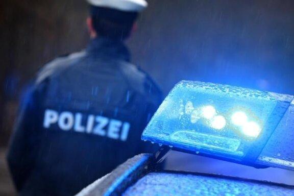 Auto schleift Polizisten mit