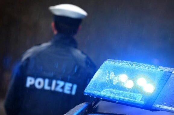 Einen Fremden, der auf dem Sofa saß und Bier aus dem Kühlschrank trank, hat ein Mann am frühen Freitagmorgen in Plauen in seiner Wohnungvorgefunden.