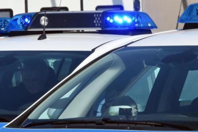 Unbekannte Täter haben in der Nacht zum Samstag in Werdau einen VW Passat mit Öl übergossen.