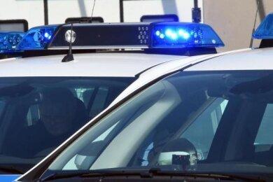 Drei junge Erwachsene haben sich am frühen Sonntagnachmittag eine Verfolgungsjagd mit der Polizei geliefert, die in Langenchursdorf begann und in Uhlsdorf endete.