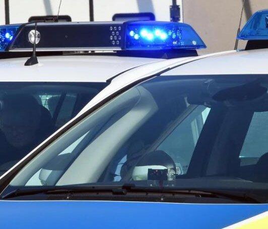 Bei sogenannten Komplexkontrollen zur Bekämpfung der Drogenkriminalität und Durchsetzung der aktuellen Corona-Regeln in Chemnitz hat die Polizei am Mittwoch unter anderem Drogen und verbotene Waffen sichergestellt.