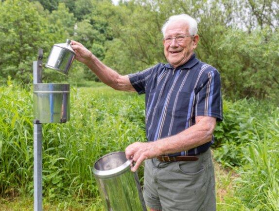 Johannes Richter an der Niederschlagsmessstation. Der frühere Lehrer sammelt seit 25 Jahren in Oberwiesenthaleifrig Daten für den Deutschen Wetterdienst.