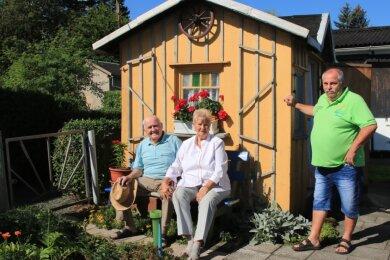 Dank des Vorsitzenden Holger Schnabel (rechts) und des Vereinsvorstands fühlen sich Christa und Helmut Herrmann in der gepflegten Gartenanlage zwischen vielen jungen Leuten pudelwohl.