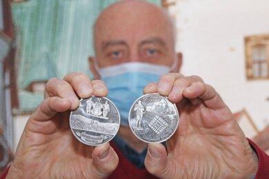Helmut Herholz präsentiert die Medaille zu 500 Jahren Bergstadt Marienberg.