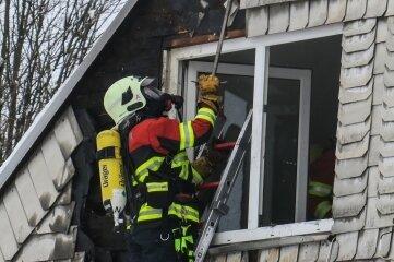 Eine Übergreifen des Feuers auf den Dachstuhl konnte verhindert werden. Dennoch ist der entstandene Schaden massiv.