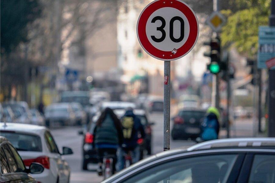 """Tempo 30 - für die einen """"Gängelung der Autofahrer"""", für die anderen ein nötiger Schritt, um auch die Bedürfnisse langsamer Verkehrsteilnehmer zu befriedigen."""