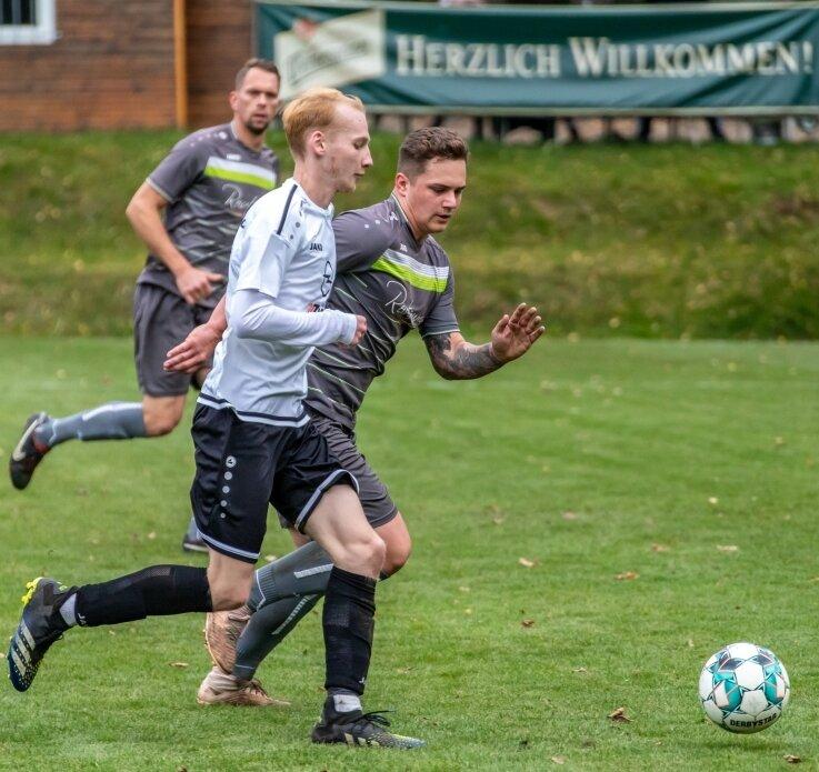 Entscheidend stören konnten die Kicker des VfB Grünhain-Beierfeld - wie hier Maik Grimm (hinten) gegen Jan Leuoth - den ESV Zschorlau nur selten. Die Weste des ESV bleibt auch nach neun Spielen blütenweiß.