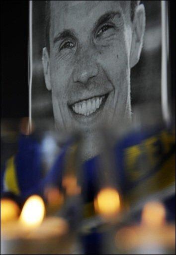 Der Selbstmord von Fußball-Nationaltorwart Robert Enke hat in ganz Deutschland Trauer und Entsetzen ausgelöst. Kurz vor dem Tod hatten seine Ärzte ihm noch einmal Hilfe angeboten.