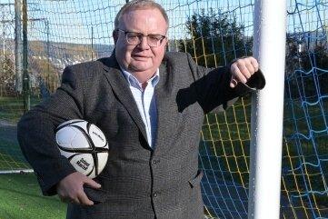 Jörg Prager, der Vorsitzende des Kreisverbandes Fußball Erzgebirge, gibt den Ball für die neue Spielzeit frei. Am Wochenende starten alle Mannschaften, außer die der Kreisklassen.