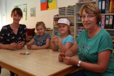 Kerstin Best (rechts) geht in den Ruhestand. Julia Lang (links) tritt in ihre Fußstapfen. Charlotte Eschrig und Theresa Pilz (2. von rechts) spielten gern mal mit den beiden eine Runde Karten.