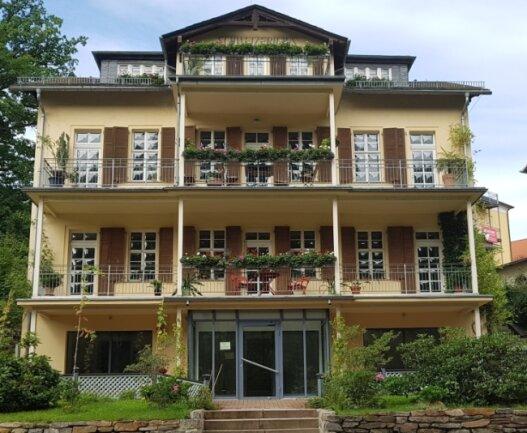 Das markante Gebäude an der Badstraße ist auch als Schweizer Haus in Bad Elster bekannt.