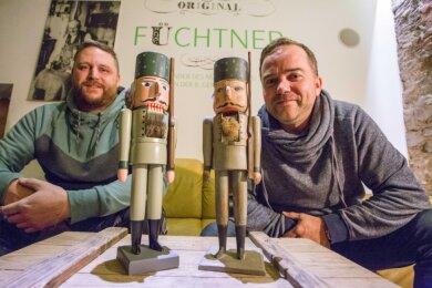 Markus Füchtner (l.) und Ronny Preußler präsentieren den neu aufgelegten und historischen Förster.
