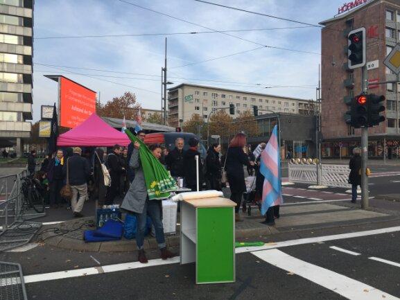 """An der Brückenstrasse fanden sich gegen 15 Uhr erste Teilnehmer der Kundgebung """"Aufstehen gegen Rassismus"""" ein. Eine Bühne ist aufgebaut, es läuft klassische Musik."""