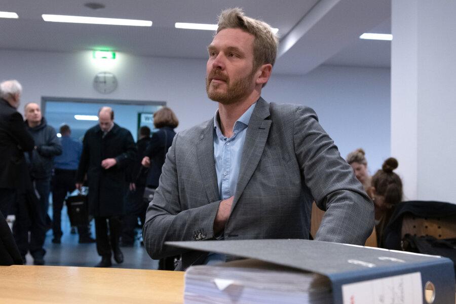 Er klagte gegen die fristlose Kündigung durch das Land Berlin. Die Bildungsverwaltung hatte dem Lehrer nach der Veröffentlichung umstrittener und möglicherweise volksverhetzender Internetvideos gekündigt. Der Lehrer sieht hingegen laut Gericht eine politisch motivierte Entlassung. Eine Güteverhandlung war am 11. Juni gescheitert.