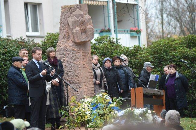 Ministerpräsident Michael Kretschmer, Oberbürgermeisterin Barbara Ludwig, Stadträte, Abgeordnete verschiedener Parlamente, die jüdische Gemeinde und verschiedene christliche Gemeinden legten Kränze und Blumen an der Stele ab, die heute an den Standort der Synagoge erinnert.