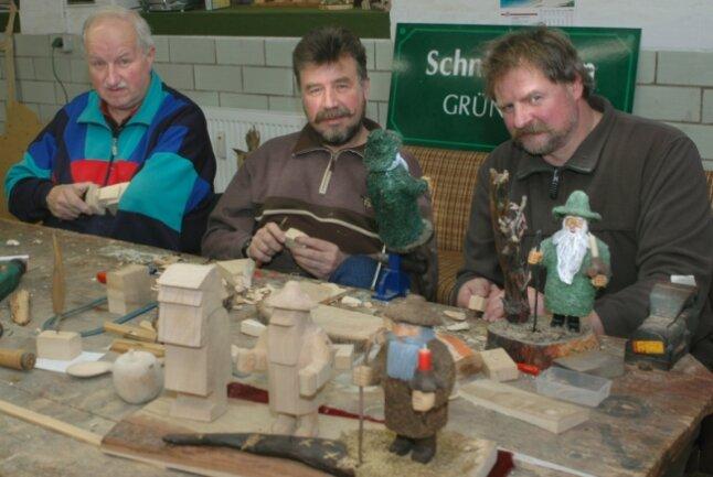 """<p class=""""artikelinhalt"""">Roland Körner, Andreas Trommer und Oliver Vollrodt gehören der Grünbacher Schnitzergruppe an. In ihren Händen entstehen Moosmänner aller Art. </p>"""