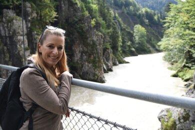 Natur pur: Auf einer Hängebrücke am sogenannten Schmugglerweg. DieBrücke führt über die Großache zwischen Kössen und Schleching.