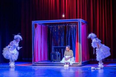 """Cinderella (Anna Bineta Diouf) hat in ihren tauben Taubenfreunden """"Pic & Pic"""" (Juliane Prucha und Bridgette Brothers) verlässliche Freunde."""