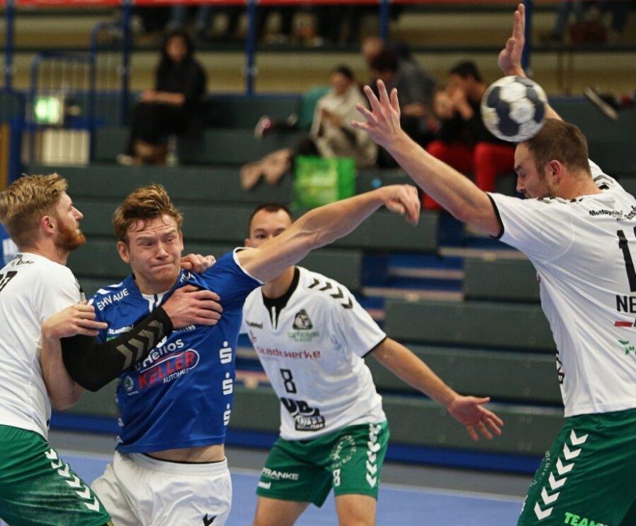 Linkshänder Vojta Kozubik lässt sich von der Abwehrriege der Dachse nicht bremsen. Mit neun Toren gelangen dem Auer die meisten Treffer für das Juniorteam des EHV, das die HSG Freiberg mit 35:30 bezwang.