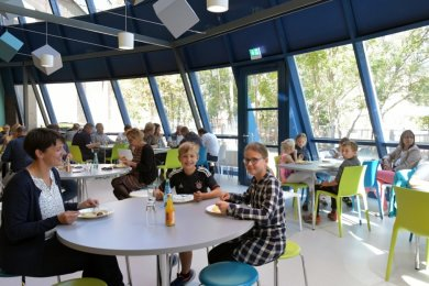 """Die neue Mensa für die Schüler der Grundschule """"Theodor Körner"""" und der Oberschule """"Clara Zetkin"""" ist am Freitag in der Freiberger Heubnerhalle feierlich eingeweiht worden. Die Gesamtkosten betrugen 874.000 Euro. Es wurdeneine Fußbodenheizung eingebaut, die Küche renoviert, der Feuerlöschteich freigelegt, das Außengelände gepflegt und Akustikwürfel aufgehangen. Die Pausenzeiten sind so abgestimmt, dass die Kinder beider Schulen ihr Essen in Ruhe einnehmen können. Im Obergeschoss gibt es 100, im Untergeschoss 60 Plätze.mer"""