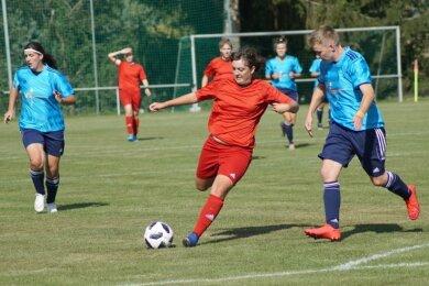 DFC-Stürmerin Daniela Mittag (am Ball) hatte mit fünf Toren am Sonntag großen Anteil am klaren Zwickauer Heimsieg.