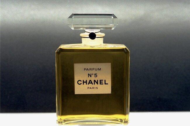 """Das legendäre Parfüm """"Chanel No. 5"""" wurde von der Modeschöpferin Coco Chanel kreiert. Vor 100 Jahren kam es auf den Markt. Selbst das puristisch gestaltete Fläschchen ist heute zum Kulturgut geworden."""