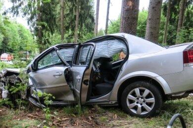 Die Feuerwehr musste die Verletzte aus dem Opel befreien.