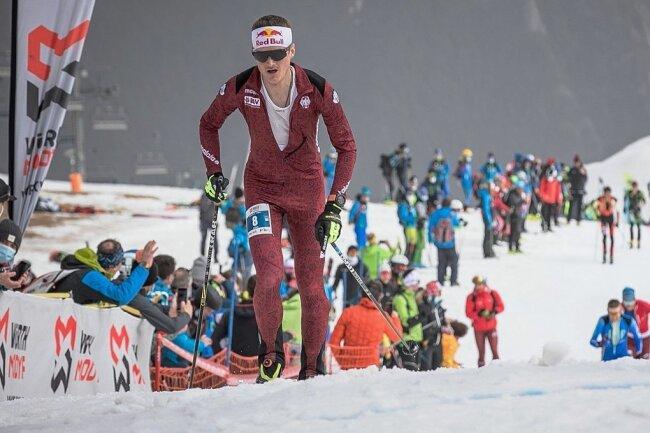 Als Skibergsteiger war Anton Palzer Vizeweltmeister und mehrfacher Weltcupsieger (Fotos oben). Seit Montag bestreitet er bei der Tour of the Alps, die durch Österreich und Italien führt, seine erste Rundfahrt als Radprofi für das Team Bora-hansgrohe (Fotos: unten).