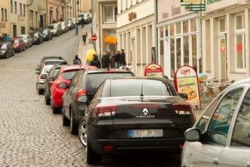 An dieser Marktseite sollen acht Parkflächen entstehen. Autos werden jetzt schon oft abgestellt, aber auch abgestraft.