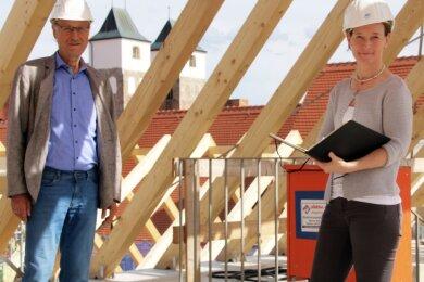 Silke Grombach, Leiterin des Hochbauamtes, und Baubürgermeister Holger Reuter im Dachstuhl des Herderhauses. Derzeit sind unter anderem Zimmerleute, Dachdecker und Tischler auf der Baustelle im Einsatz.