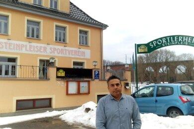 Rajiv Nitzsche bietet künftig im Sportlerheim Steinpleis italienische und indische Spezialitäten an. Foto: Uwe Mühlhausen
