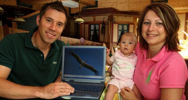 Markus Gnadt und Agnieszka Moskal mit Tochter Paulina. Ob genau dieser Storch von nebenan zugebissen hat, wissen sie nicht genau.