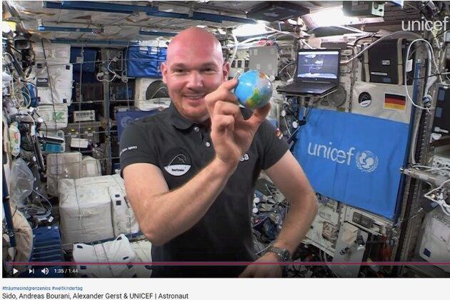 Setzt sich für eine friedlichere Welt ein: Alexander Gerst in der Raumstation ISS in einer Szene des neuen Musikvideos.