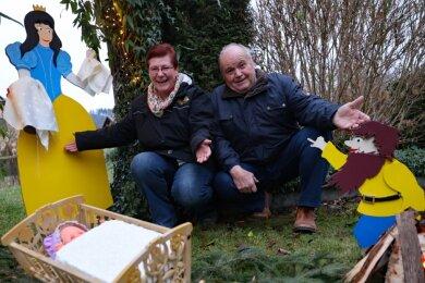 """Silvia und Karlfried Hegner in ihrem diesjährigen Märchen-Ensemble: Rumpelstilzchen fordert """"der Königin ihr Kind"""". Auf dem Boden ihres Hauses beherbergen die Eheleute Dutzende selbst geschaffene Märchenfiguren."""