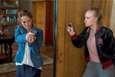"""Kriminalhauptkommissarin Olga Lenski (Maria Simon, links) spürt die flüchtige Täterin Louisa """"Lou"""" Bronski (Luzia Oppermann) auf und gerät ernsthaft in Gefahr."""