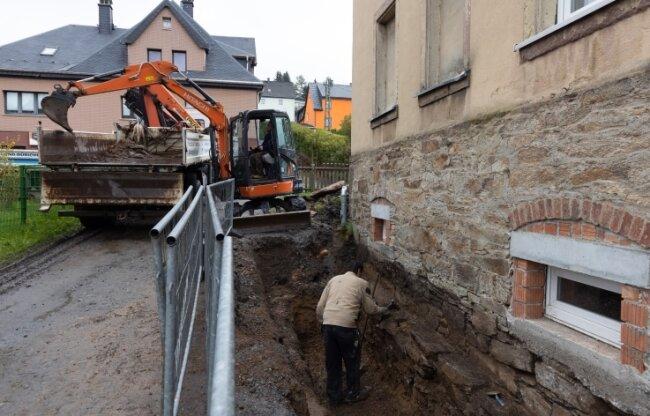 Momentan finden in der Karlsbader Straße 123 in Sehma weitere Schachtarbeiten zur Trockenlegung statt, eine Hausseite wurde bereits erledigt.