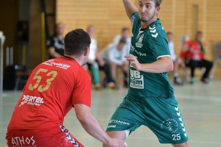Endlich wieder auf Torejagd: Die HSG-Handballer um Matej Harvan bestritten am Dienstagabend ihr erstes Spiel seit mehr als zehn Monaten und besiegten dabei die SG Pirna/Heidenau mit 34:26.