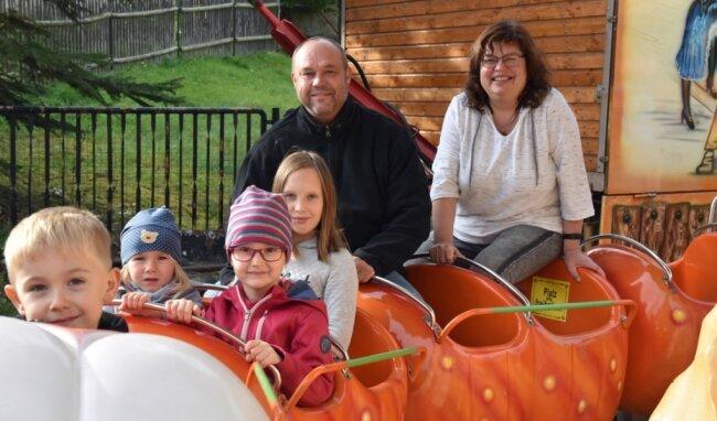 Attraktion beim Herbstfest der Schaustellerfamilie Jana und Swen Kiehl ist ein Minikarussell. Bis zum 18. Oktober jeweils freitags bis sonntags gibt es einen kleinen Rummel an der Burkersdorfer Straße in Burgstädt.