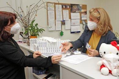 Am Dienstagvormittag im Theaterbüro an der Schumannstraße in Zwickau: Mitarbeiterin Yvonne Meßing (links) nimmt von der Testbeauftragten Alexandra Hoffmann den Test-Kit entgegen.