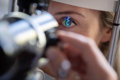 Eine Patientin beim Glaukom-Check beim Augenarzt (Symbolfoto). In Südwestsachsen sollen jetzt Augenärzte aus Kliniken helfen, die ambulante Versorgung abzusichern.