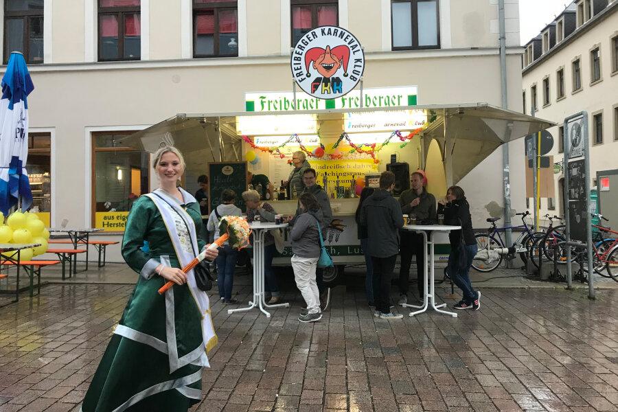 Bergstadtkönigin Lucy im Regen.
