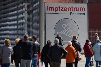 Menschen warten vor dem Impfzentrum an der Messe Dresden. Nur die Zentren in den drei größten sächsischen Städten sollen nach dem 30. Juni bestehen bleiben. Aber ist dies wirklich das letzte Wort?