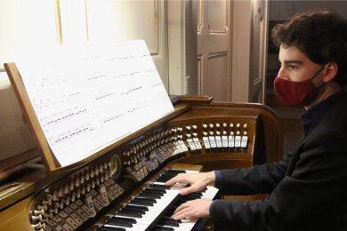 Pascal Kaufmann spielte am Donnerstagabend rund eineinhalb Stunden lang verschiedene Stücke an der Orgel der Augustusburger Stadtkirche St. Petri. Weitere Termine sind für die Passionszeit geplant.